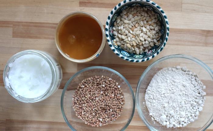 Ingrédients : huile de coco, miel, graines de melon, kasha, farine de chataignes