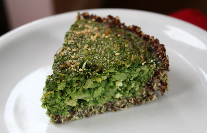 Morceau de tarte salée épinards quinoa